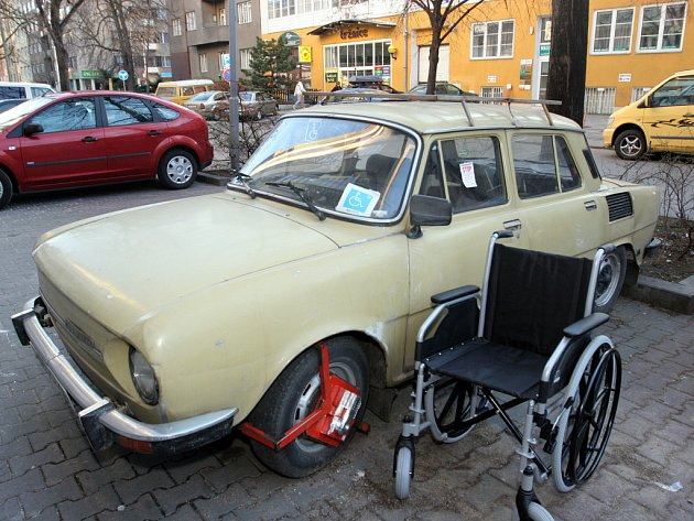 DOMÁCÍ VĚZENÍ. Invalida, kterého vozí syn, musel kvůli botičce od strážníků zůstat týden doma. Nejel ani k doktorovi.