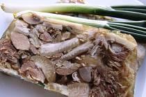 Domácí prejt nebo huspeninu si příznivci masitých specialit mohou vyrobit i doma na sporáku.