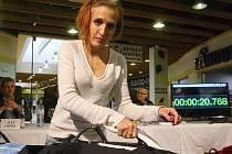Že žehlení není ryze ženská záležitost přišli v sobotu dokázat muži na mistrovství v žehlení. Týmy i jednotlivci v Nákupním centru Královo Pole poměřili síly, když jim organizátoři přichystali zmuchlané košile.