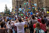 Dvě stě čtyřicet balónků se ve čtvrtek vzneslo k nebi před brněnskou Katedrálou svatého Petra a Pavla na počest stejného počtu let od založení biskupství.