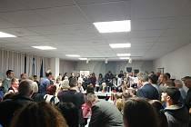 Mimořádné zastupitelstvo brněnských Vinohrad a místnost plná místních obyvatel.