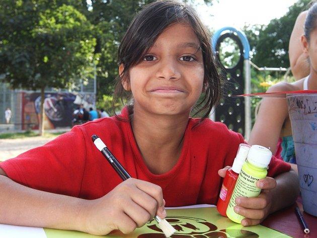 Postavy z kreslených seriálů, květinové vzory i abstraktní tvory. Na módní návrháře si ve čtvrtek při zdobení triček zahrála desítka dětí na workshopu organizace IQ Roma servis.