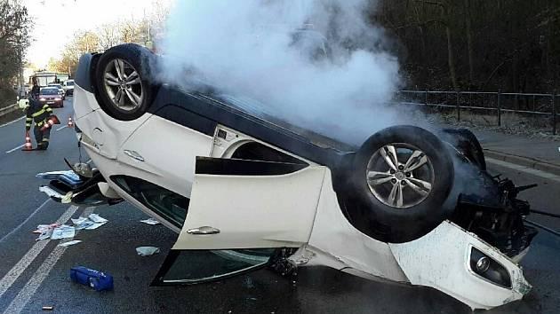 Nehoda osobního auta uzavřela po druhé hodině odpoledne Rokytovu ulici v obou směrech. Podle informací policistů se řidič osobního automobilu nevěnoval řízení a najel na obrubník. Vůz se převrátil a začal hořet.