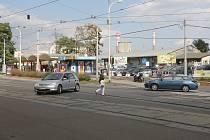 Rozrušená žena nedaleko hlavního nádraží v Brně skákala před jedoucí auta. Ilustrační foto
