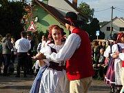 Ochozská chasa zpívala a tančila pod májou na Svatováclavských hodech.