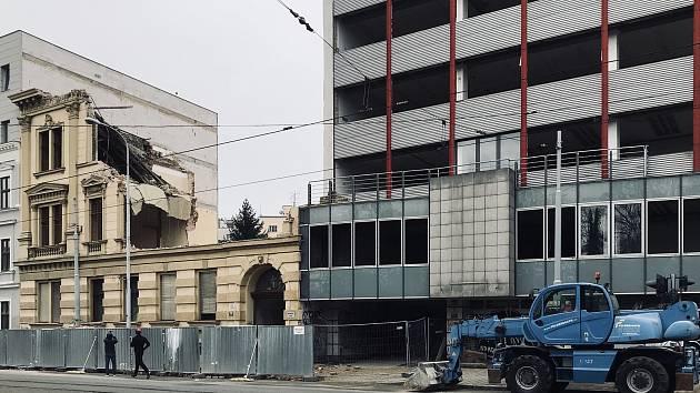 Demolice historického domu v Lidické ulici s číslem 57.