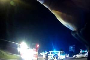 Z podvozku šlehaly plameny, všude byl dým a auto bylo na střeše. Asi tak vypadala situace na kruhovém objezdu v brněnských Chrlicích v noci na pátek, kde BMW v jízdě vylétlo ze silnice.