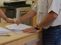 Předávání petice proti ubytovně v Železniční na magistrátu.