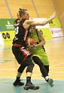 Basketbalisté mmcité doma poprvé padli. Nestačili na Svitavy. Na snímku Kozina (Brno) a Stria (Svitavy).