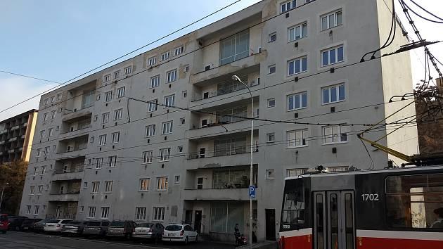Konec domu hrůzy ve Vranovské? Nájemníci dostali čipy, pomoci má i domovník