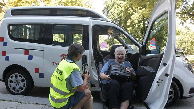 Seniorbus v Brně převáží například vozíčkáře nebo špatně pohyblivé starší lidi. Už dokonce pomohl zachránit lidský život.
