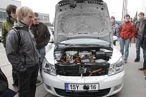 Na Dni firem se na Fakultě strojního inženýrství v Brně představila třicítka společností. Mezi nimi byla i Škoda auto, která dovezla nový elektromobil.
