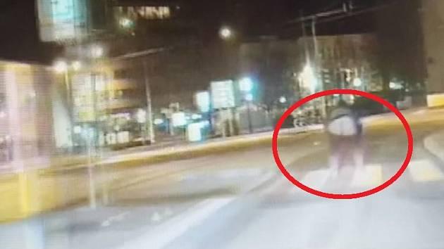 Muž vystrčil na projíždějící hlídku strážníků holou zadnici