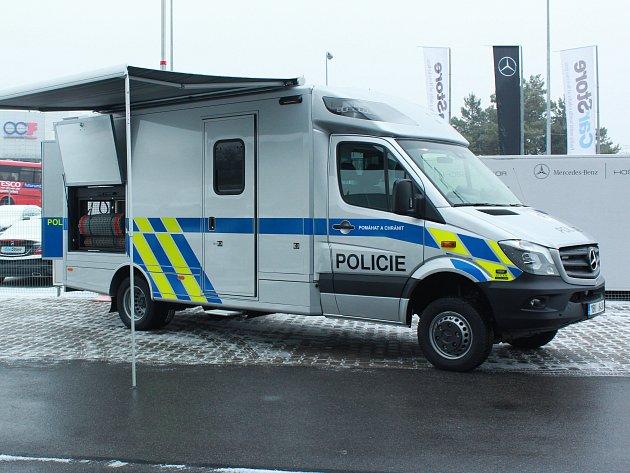 Policisté Jihomoravského kraje ve čtvrtek převzali nové speciální auto pro kontrolu váhy nákladních aut. Stálo pět milionů korun a zaplatil ho Jihomoravský kraj.