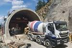 Stavbaři pracují na betonáži přesypané části tramvajového tunelu v Žabovřeské ulici.