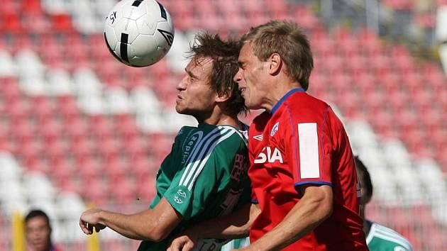 Bystrcký hráč Ladislav Jirásek (v zeleném dresu).