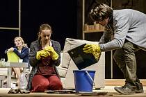 Inscenace Bůh masakru v Národním divadle Brno. Nastudování hry proslavené Polanskiho filmem staví na hereckých výkonech.