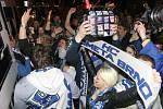 Desítky nadšených fanoušků vítaly své modrobílé hrdiny po postupu do finále extraligy u Kajot Arény v Brně.