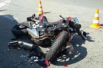 Srážka osobního auta s motorkou omezila v pátek odpoledne dopravu u Kuřimi.
