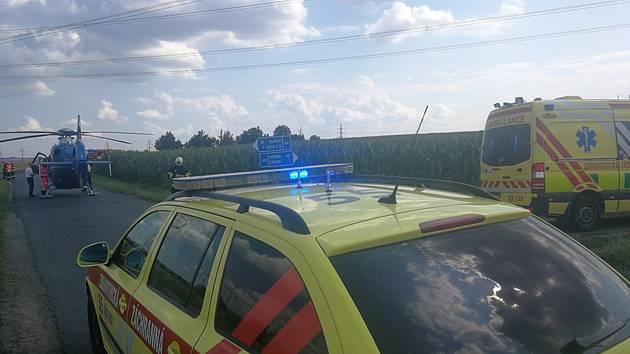 Náraz auta do stromu u Újezdu u Brna.