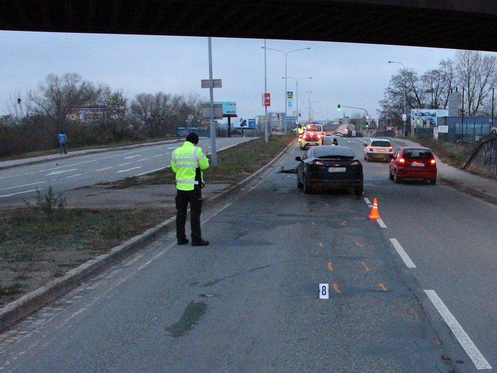 Šestapadesátiletou chodkyni v Černovické ulici srazilo auto. Nepřežila.