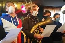 Vlastní píseň si zvolili členové činohry Národního divadla Brno, kteří se zapojili do akce Zpívá celé Česko. Kmenový režisér Mahenovy činohry Štěpán Pácl přetextoval píseň Díky za každé nové ráno.