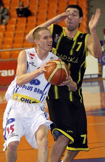 Rozehrávač A Plus Brno Štěpán Vrubl (vlevo)