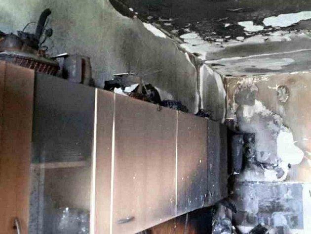 Hasiči zasahovali vneděli při požáru vKoniklecové ulici vNovém Lískovci. Oheň napáchal vbytě škody za zhruba sto tisíc korun.