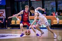 Talent Jakub Nečas (v tmavém) se propracoval ke stabilním členům A týmu brněnského Basketu.