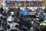 Fanoušci motorsportu v pátek po poledni již popáté uctili tragicky zesnulého italského závodníka Marca Simoncelliho. Na dráhu brněnského Masarykova okruhu vyjely stovky motorek různých značek, typů i stáří.
