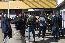 Situace před budovou brněnského magistrátu v Kounicově ulici - fronta před registrem řidičů a vozidel.