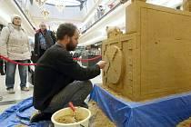 Poklad Inků - tvorba obří pískové sochy Inckého trůnu.
