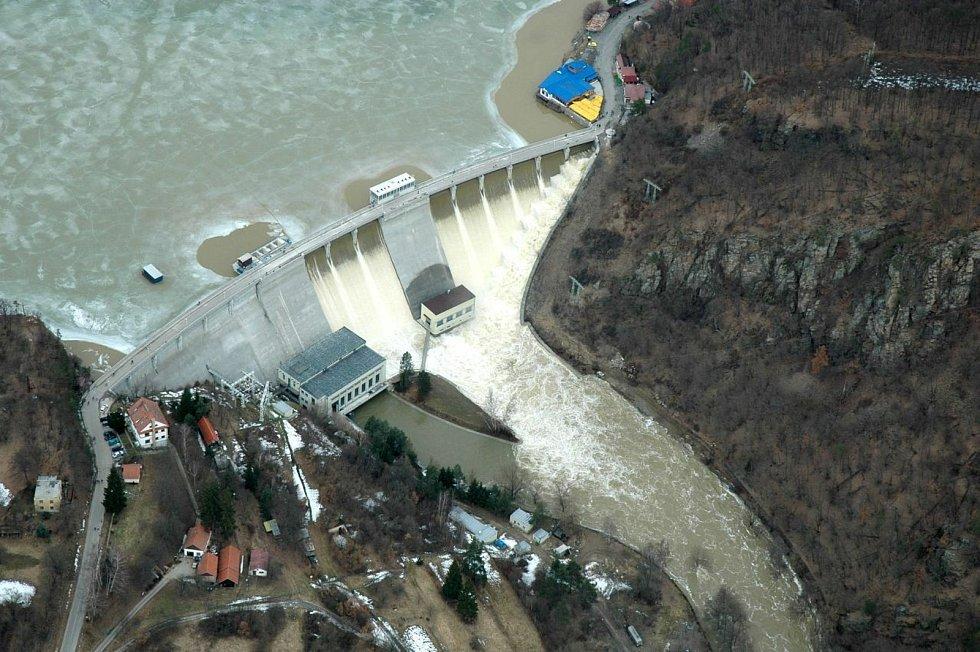 Vodní dílo Vranov při povodních v březnu 2006.