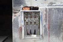 Ukradené dveře u jedné přípojkové skříně v Brně.