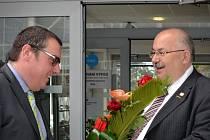 Předseda představenstva RHK Brno Miloš Škrdlík (vpravo) vítá guvernéra ČNB Miroslava Singera v sídle RHK Brno.