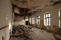 Do chátrajícího hotelu zatékala voda, což způsobilo v některých místnostech propad stropů.