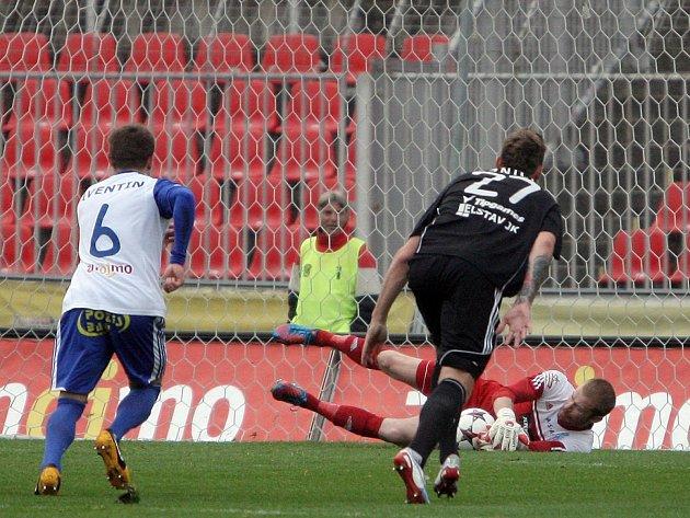 Znojemský brankář Vlastimil Hrubý kryje penaltu.