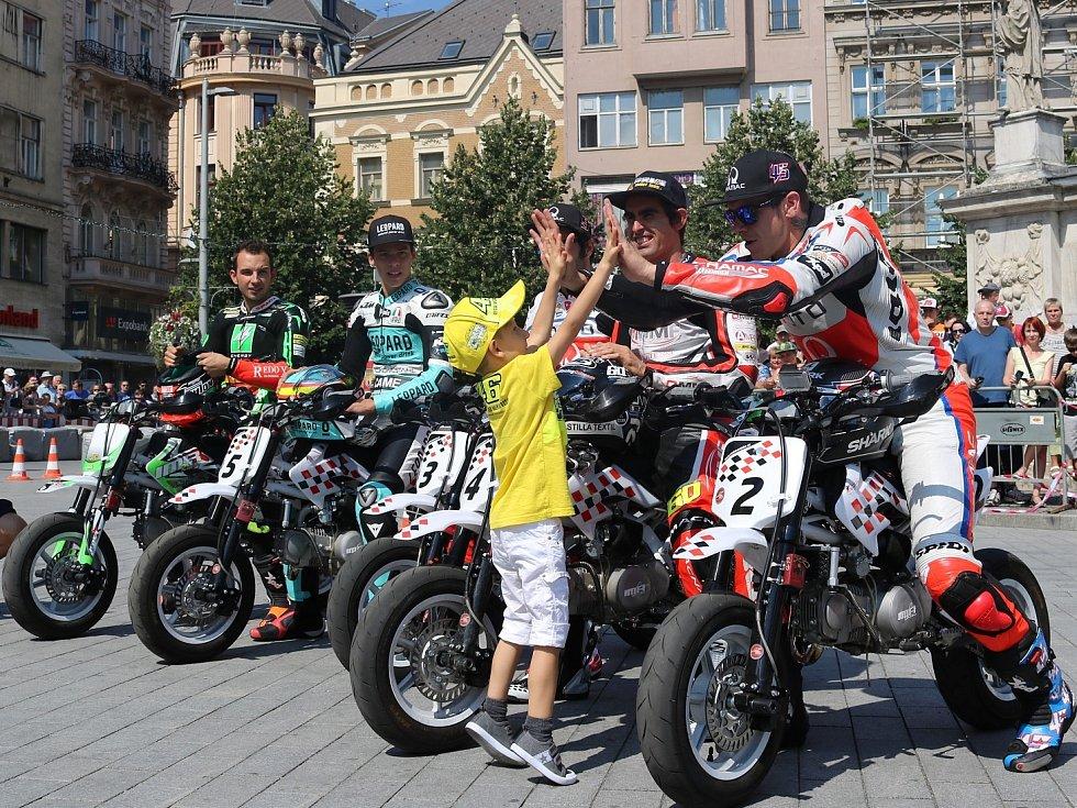 Někteří závodníci, kteří pojedou motocyklovou Grand Prix na Masarykově okruhu, si ve čtvrtek při doprovodném programu zazávodili na malých motorkách na brněnském náměstí Svobody. Nechyběl Jakub Kornfeil.
