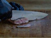 """""""Pokud položíte syrové maso na prkýnko a potom na něj dáte třeba chleba, můžete se nakazit. V kuchyních se proto musí používat například různé nože a vše řádně umývat,"""" říká hygienička Lenka Opletalová."""