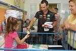 Stal se z toho už tradiční scénář. Po tiskové konferenci před motoristickou Velkou cenou České republiky zamířili čeští závodníci do brněnské Dětské nemocnice, kde dětem předávali dárky a rozdávali autogramy.