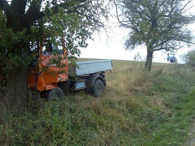 Muž nezvládl řízení a svou multikáru zabořil do stromu u cesty.