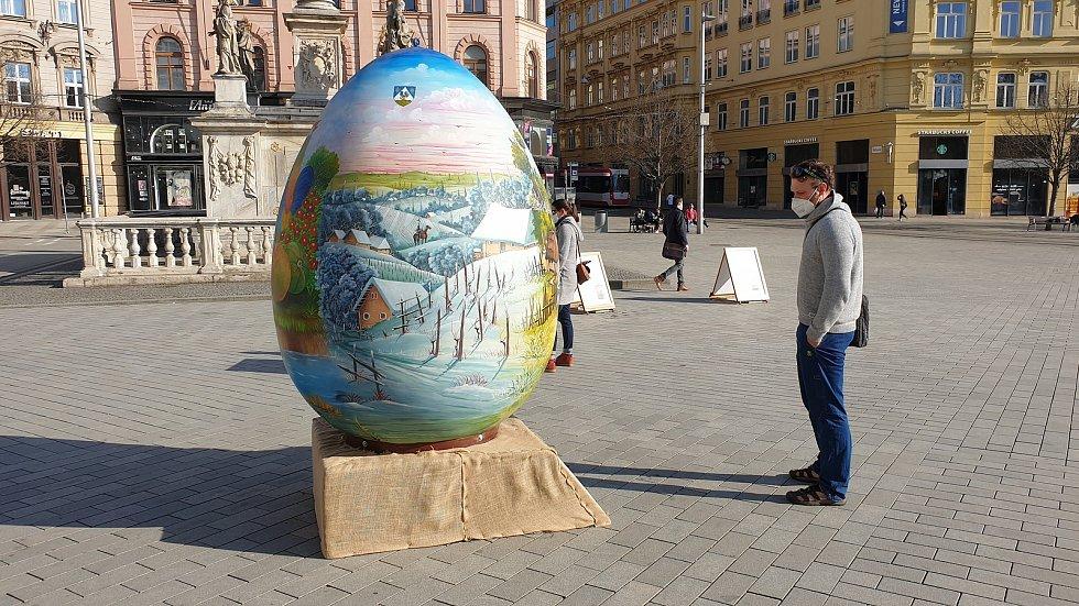 Obří velikonoční vejce na náměstí Svobody v centru Brna.