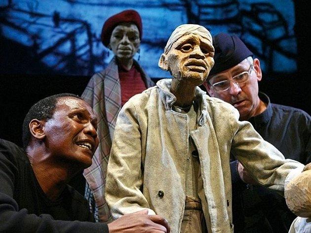 Závěr přehlídky láká na inscenaci s velkými loutkami Woyzeck on the Highveld, kterou do Brna přiveze prestižní Handspring Puppet Company.