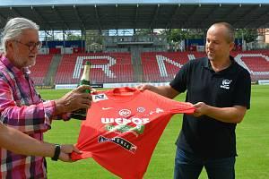 Majitel Zbrojovky Václav Bartoněk v srpnu pokřtil nový dres brněnských fotbalistů společně s předsedou představenstva společnosti Wedos Josefem Grillem.