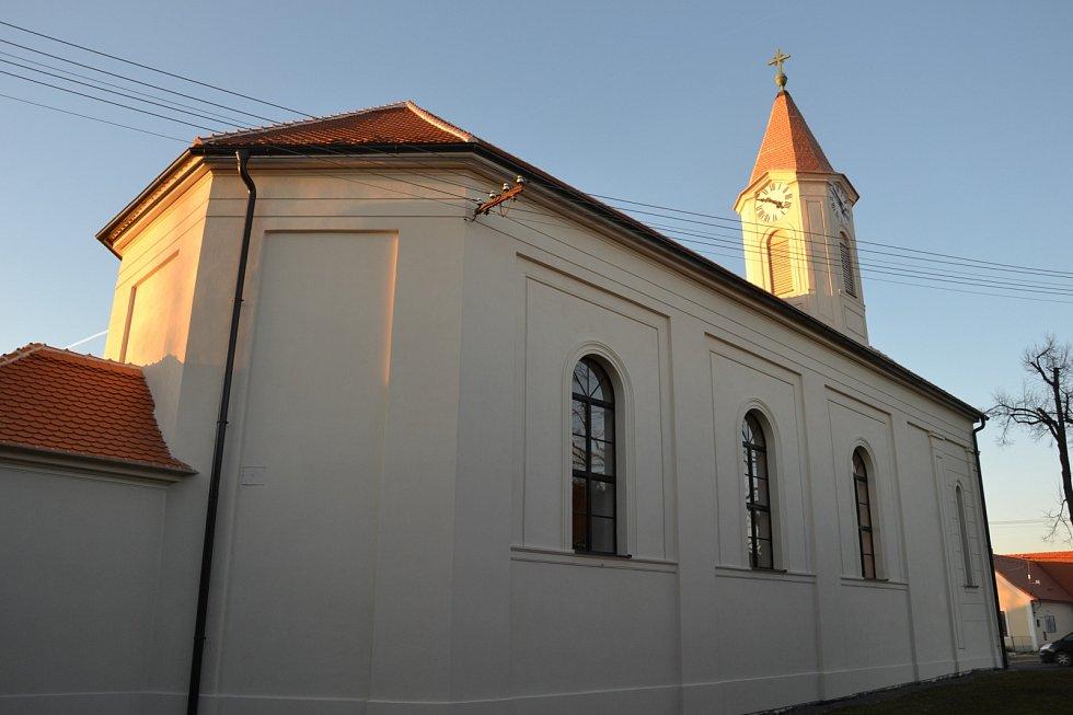 Klasicizující kostel sv. Terezie v Lesné. V letech 2017 – 2018 byla mimo jiné opravena fasáda a střecha kostela.