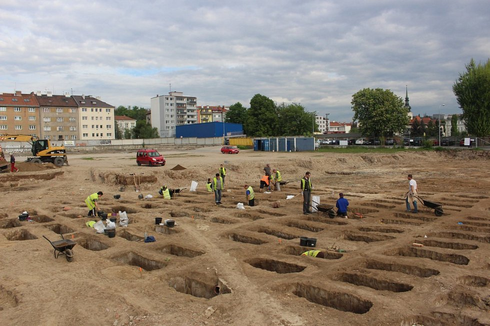 Dřív, než v Brně vznikl Ústřední hřbitov jako jedno z míst posledního odpočinku lidí, se v devatenáctém století využíval starobrněnský hřbitov v místech, kde je dnes parkoviště ve Vojtově ulici. Oblast obsadili archeologové, kteří ji chtějí prozkoumat.