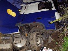 Více než tři hodiny odstraňovali v noci ze středy na čtvrtek hasiči pozůstatky bouraného kamionu na dálnici D1. Řidič vyjel na úrovni obce Javůrek mimo silnici a uvízl v příkopu. Poté zůstal zaklíněný v kabině.