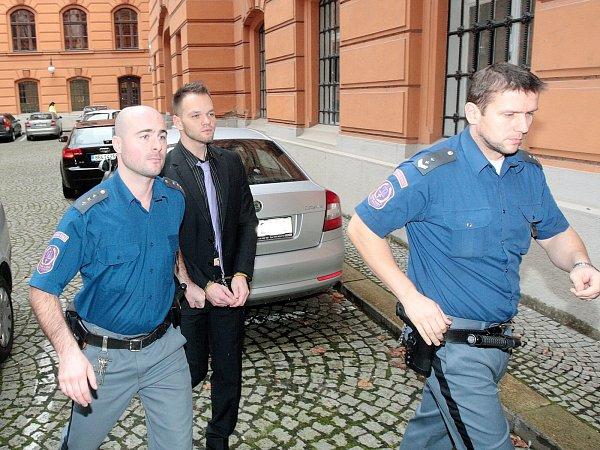 Martin Fuchsa před Krajským soudem vBrně. Podle obžaloby autem úmyslně najel do hloučku lidí.