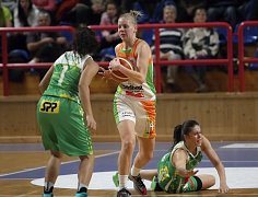 Basketbalistka Eva Kopecká (vlevo).