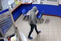 Zloděj se v pobočce zdržel několik desítek sekund, zachytily jej bezpečnostní kamery. Lupič byl maskovaný v obličeji, na hlavě měl čepici.